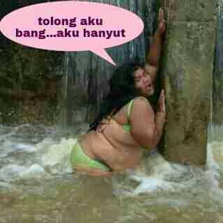 JOKOWI jatuh gan waktu bantu korban banjir!!(pic)