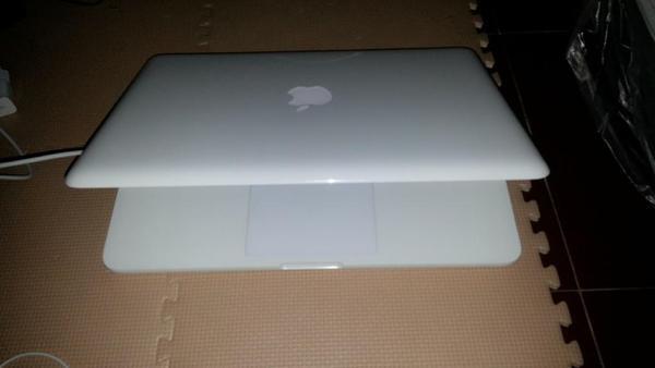 Jual Macbook White 7,1 mid 2010 Barang bagus
