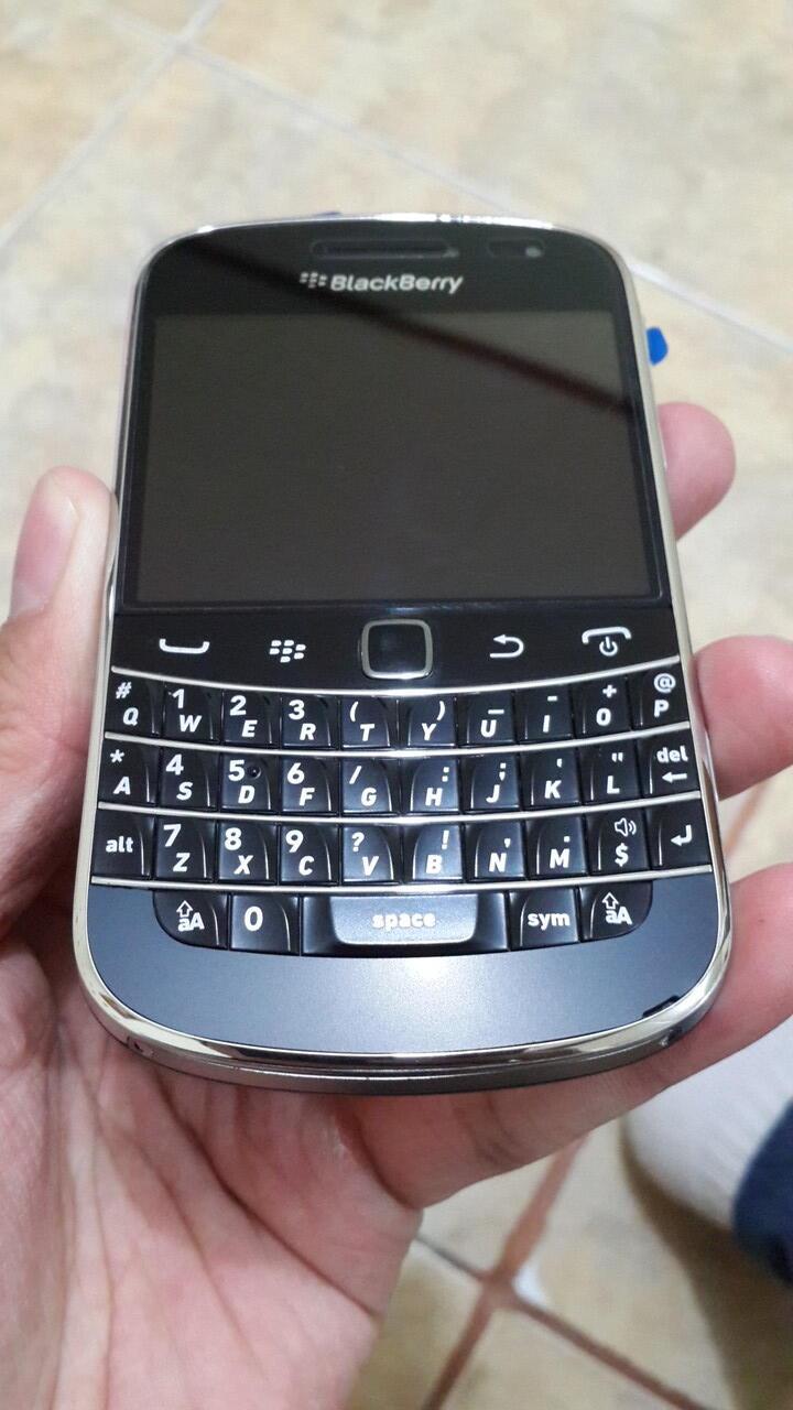 Blackberry Dakota 9900 Hitam,baru pakai 8 bulan Resmi TAM mulus tanpa cacat 100%
