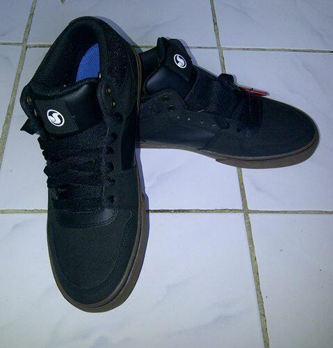 Sepatu DVS