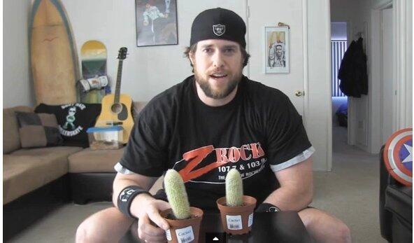 [Aksi gila] Pria ini berani makan tanaman kaktus gan !!!