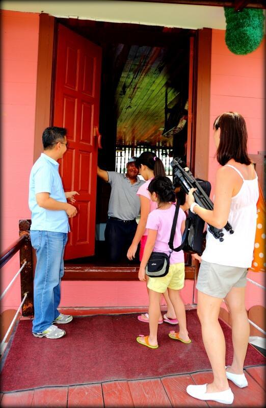 rumah terbalik pertama di asia