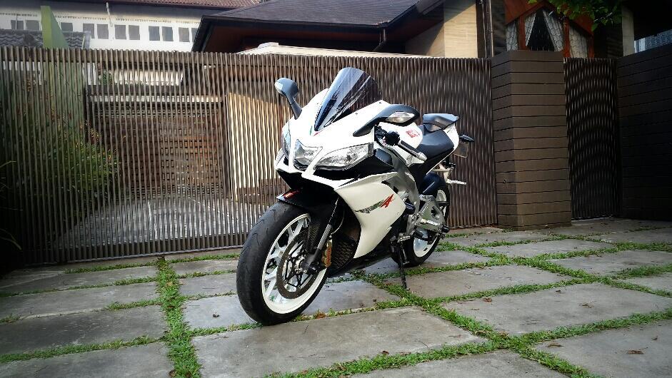 Aprilia RSV4 1000cc 2011 White Bandung