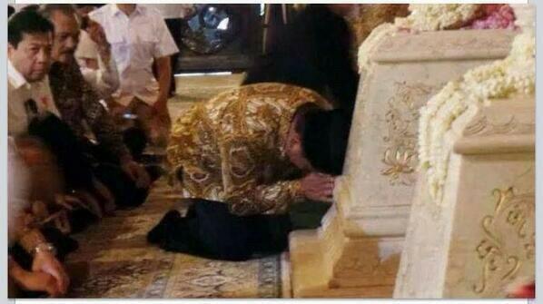 Ini Prabowo nyium kubur Suharto syirik bukan?