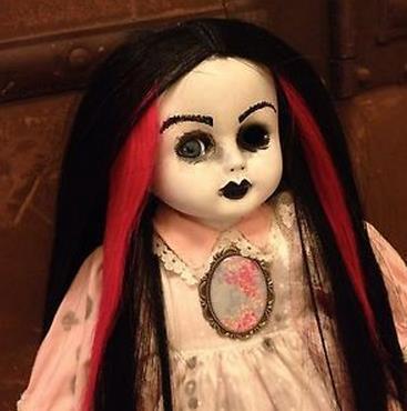Boneka menyeramkan matanya ditutupi kain bertulisan Arab ditemukan dibawah pohon