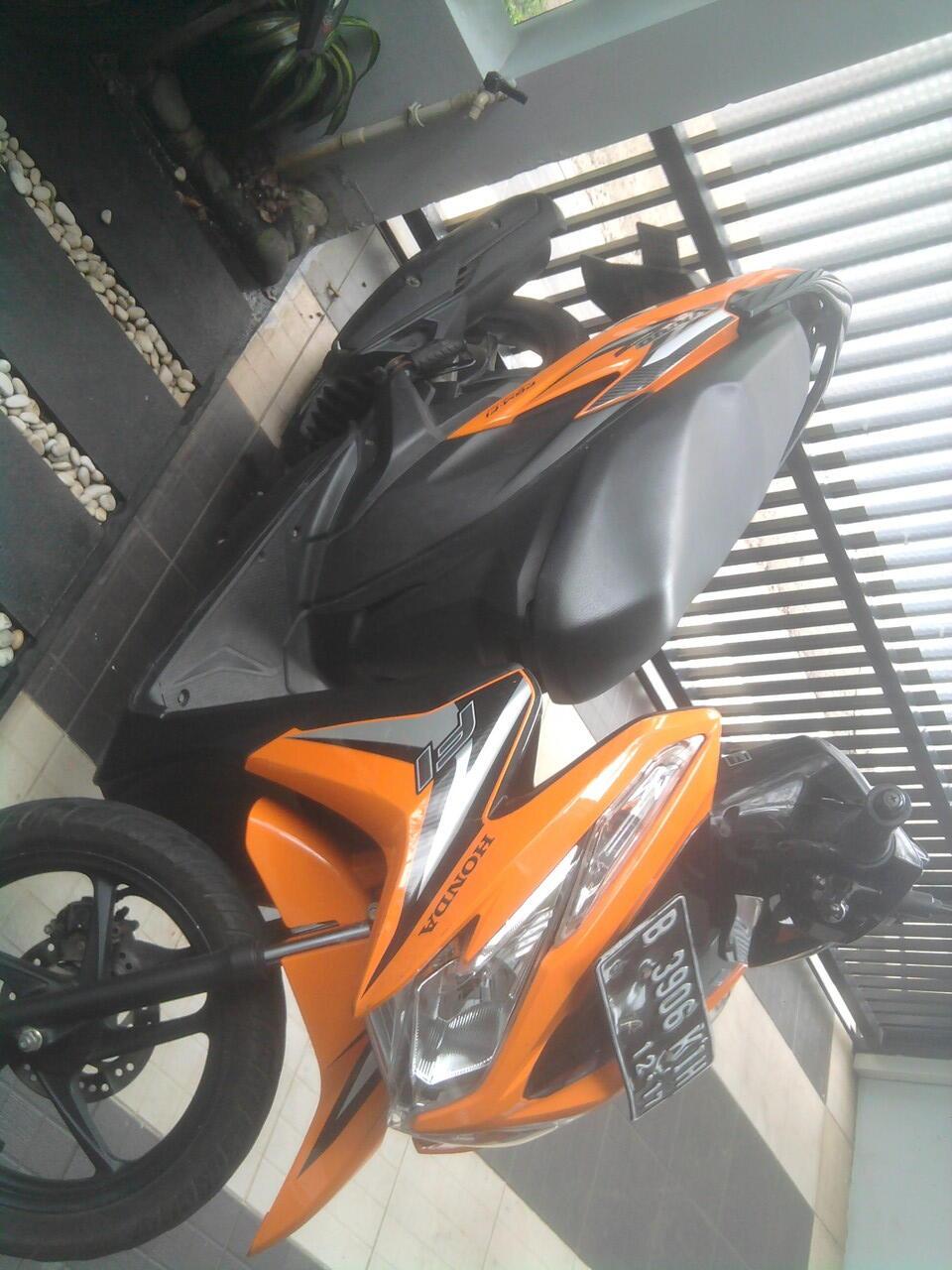 Honda Vario PGM-FI 125 Helm-in orange