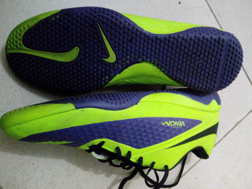 sepatu futsal nike venom baru pake kekecilan