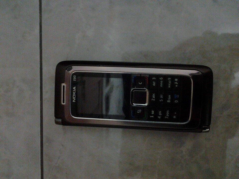 Nokia E90 batangan lumayan mulus....[TKP]