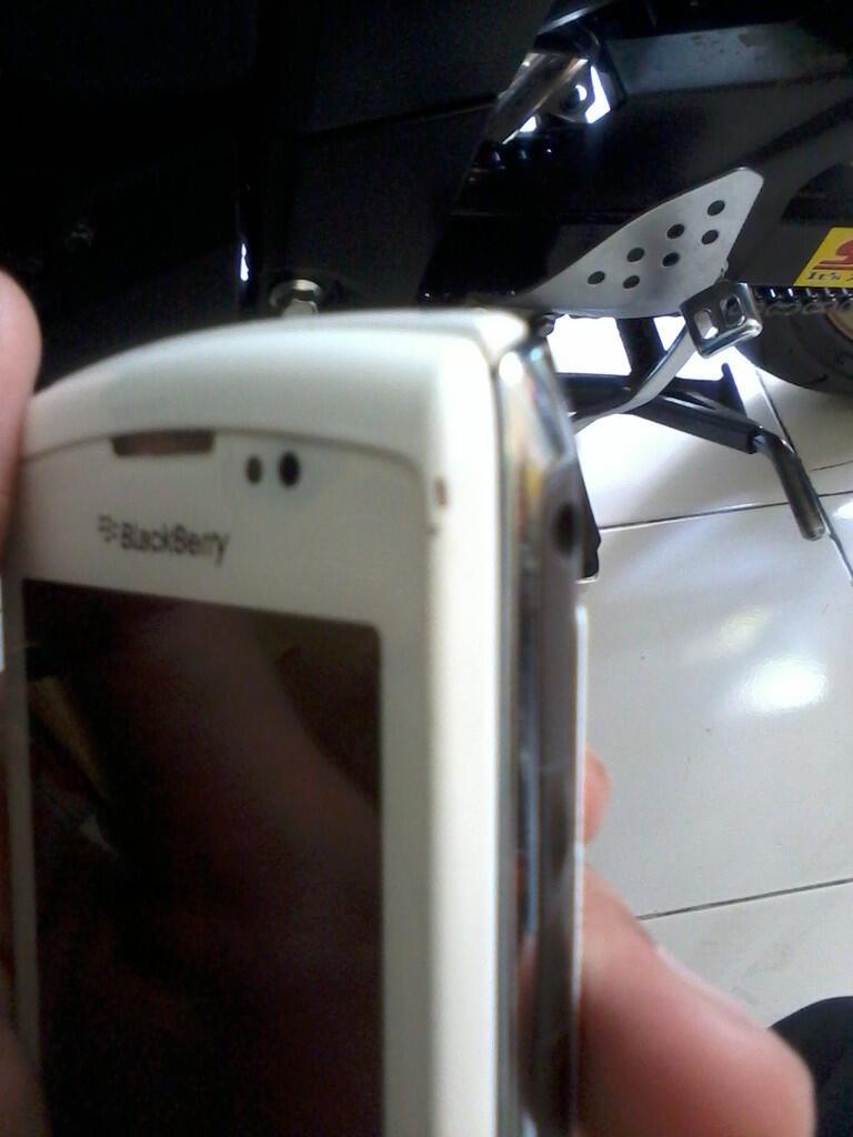 Blackberry Torch 2 9810 white mulus (Bandung)