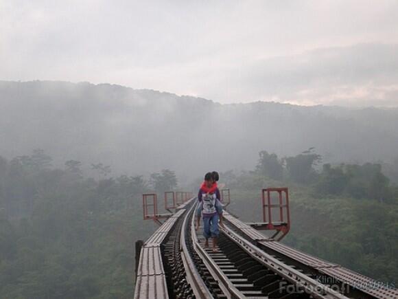 Jembatan Kereta Api bukanlah Jembatan Pejalan Kaki. (foto: Klinik Fotografi Kompas)