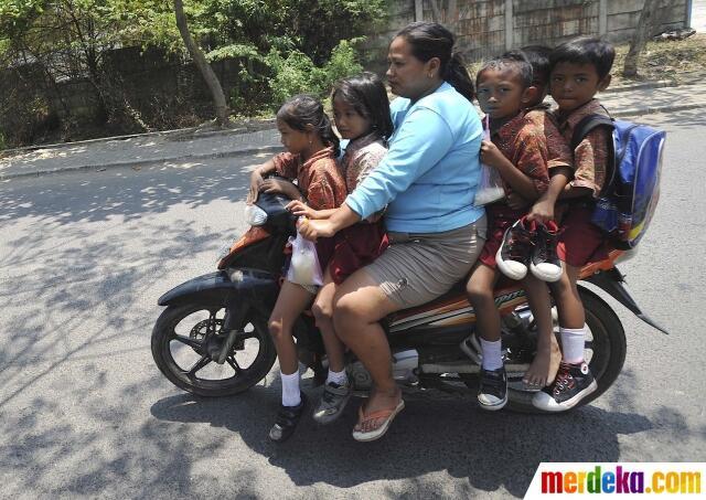 FOTO: Aksi Berbahaya Ibu Gendut Bonceng Lima Anak Sekolah Naik Motor