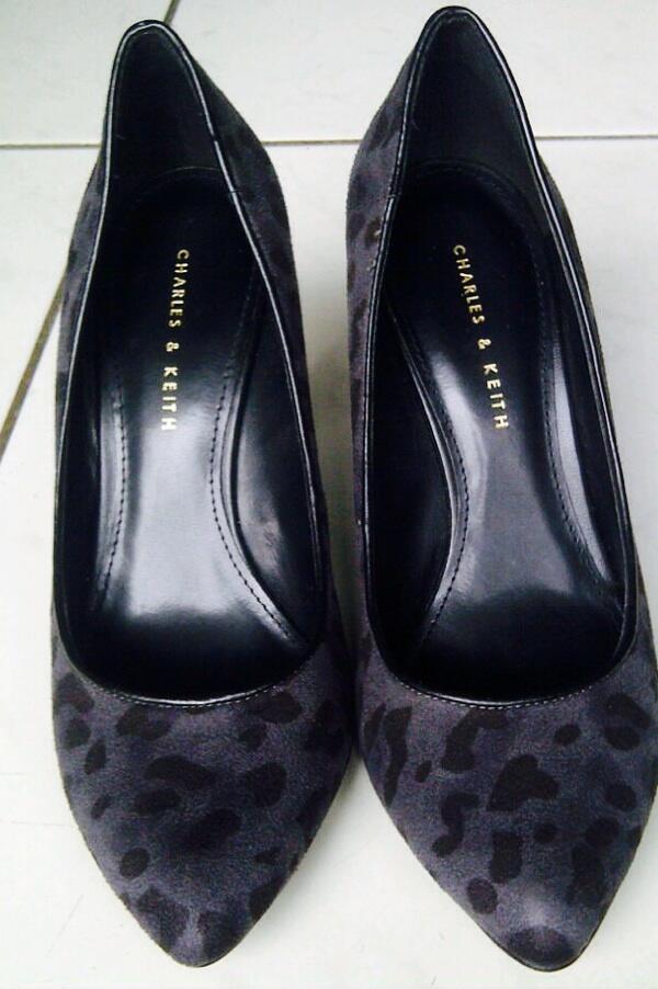 Sepatu charles & keith wedges size 38 dibeliin tp ga pnh di pakai..