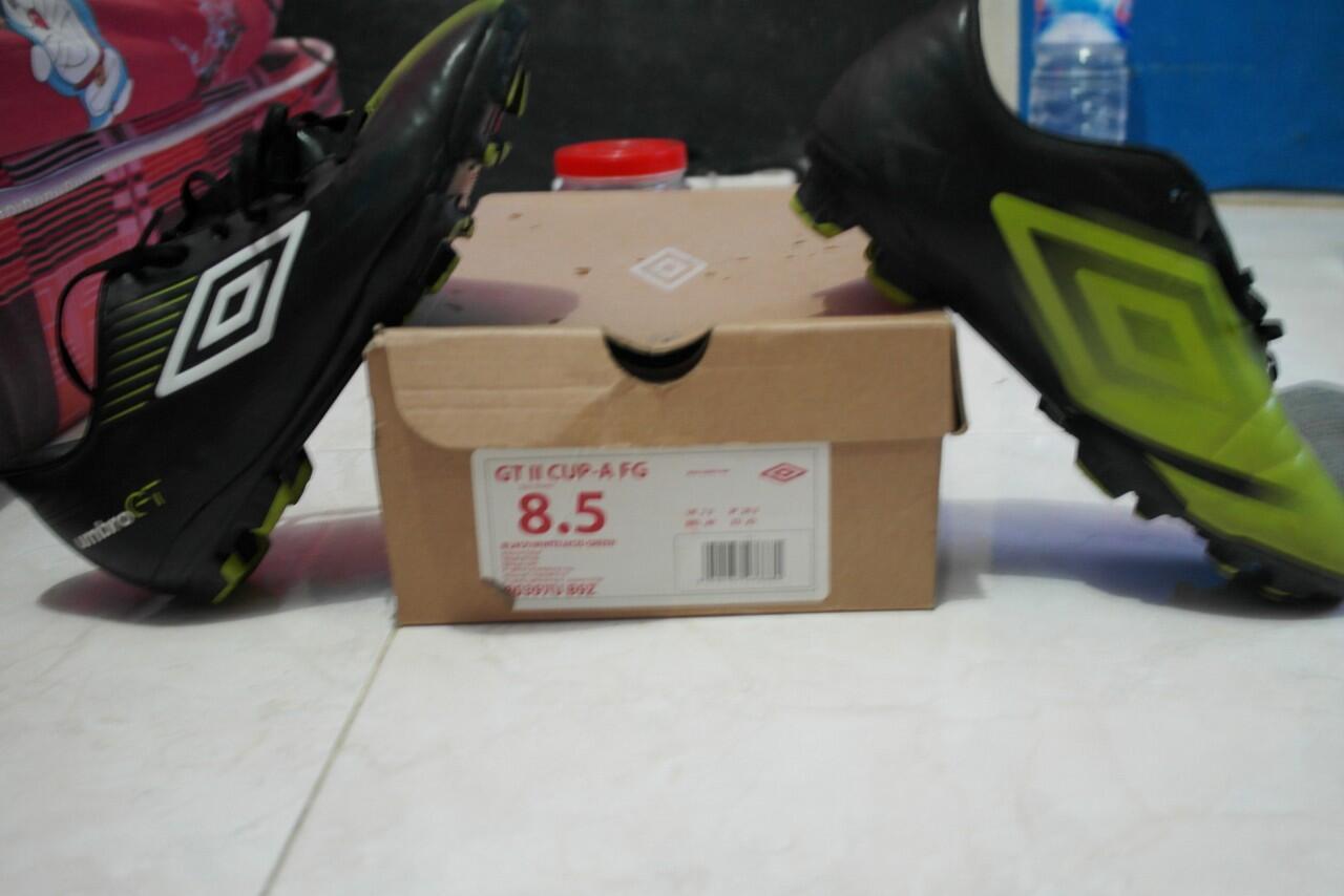 Sepatu bola umbro gt II