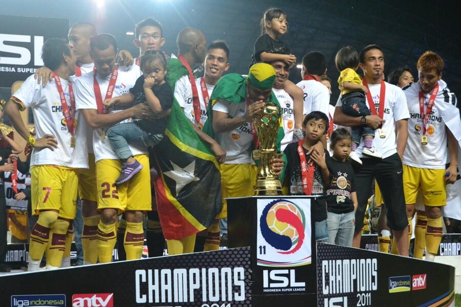 Jersey langka Sriwijaya home 2011-2012 (RARE) -ORIGINAL signed by Feri Rotinsulu