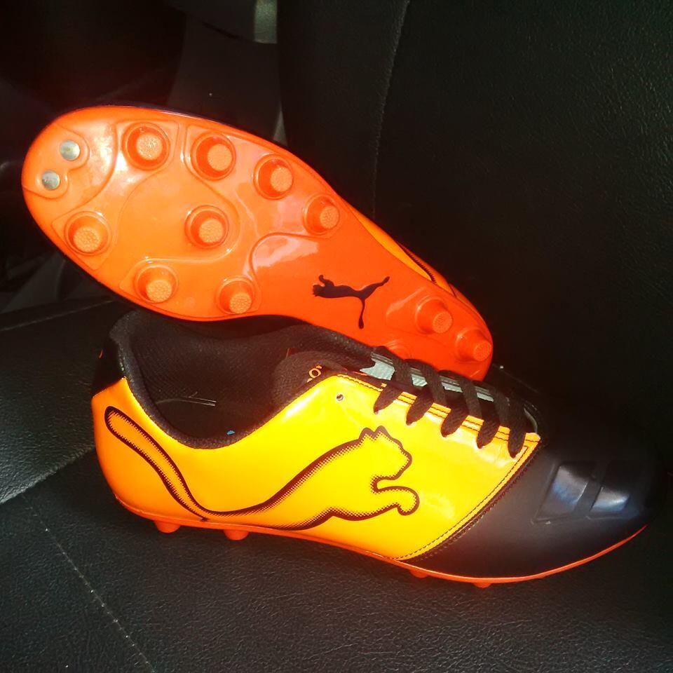 sepatu futsal dan sepatu bola adidas , puma , nike grosir dan ecer bisa gan