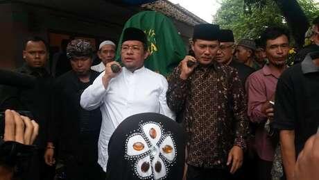 (wowwww...) Gubernur Jabar dan Bupati Sumedang Gotong Keranda Jenazah Een Sukaesih