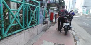 Pengendara Ini Lolos Masuk Jalan Thamrin dengan Motornya