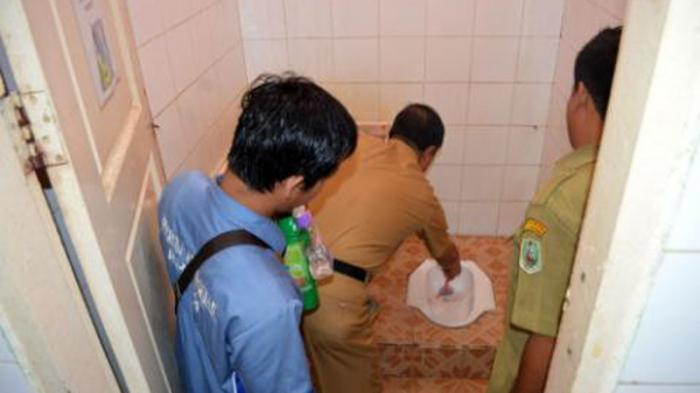 FOTO: Wakil Bupati Sanggau Sikat Toilet Kamar Mandi Saat Blusukan di RSUD