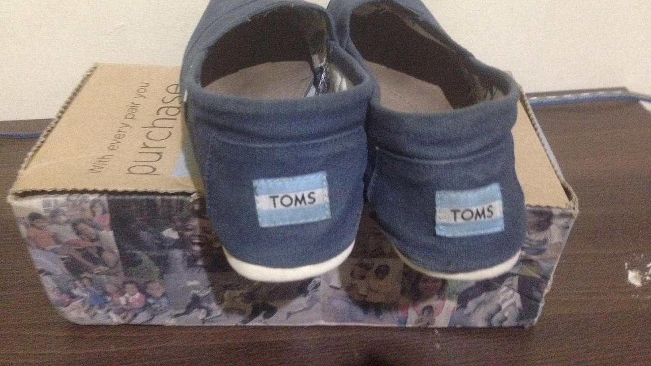 WTS TOMS Shoes Navy size M 8.5 / 41 Good Condition Murah