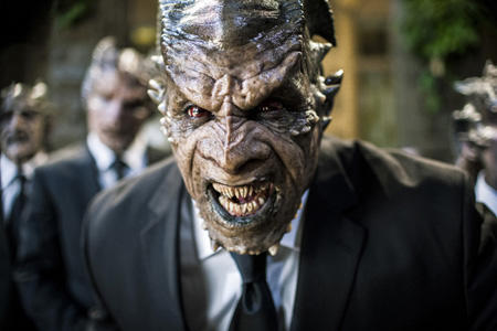 Mereka yang Berada di Balik Kostum Monster