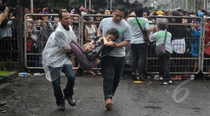 FOTO-FOTO Wanita Rela Kepanasan, Kehujanan, Bahkan Sampai Pingsan Demi One Direction