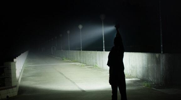 7 Alasan Mengapa Anda Harus Membawa Senter Taktis untuk Beladiri