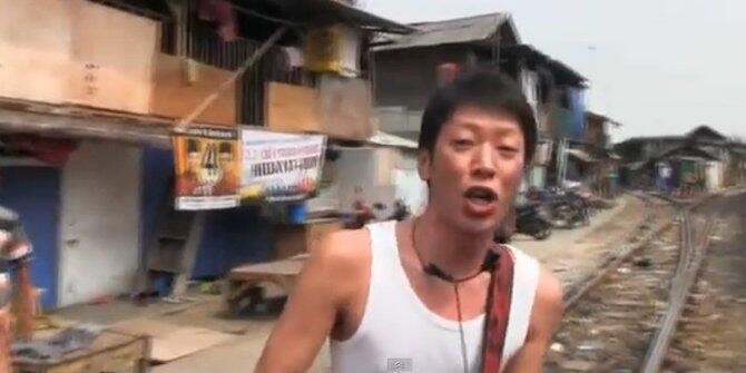 [VIDEO] Turis Jepang Ini 'Ngamen' di Pinggir Rel Stasiun Tanjung Priok