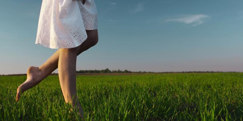 Manfaat Berjalan Tanpa Alas Kaki di Atas Rumput (buat yang nyeri persendian masuk)