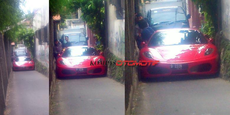 "Ferrari Kevin Vieratalle ""Nyangkut"" di Gang Sempit"