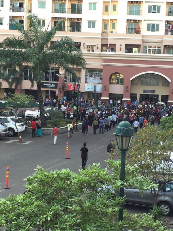 Ada Keributan Depan Mall Of Indonesia Kelapa Gading Jakarta-utara 29-05-2015