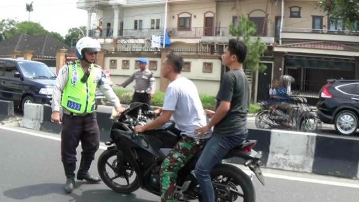 Nggak pakai helm, tentara ini marah-marah saat mau ditilang polisi