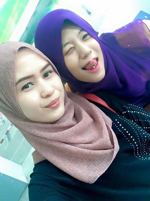 Indonesian cewek jilbab tudung ciuman dan pamer susu - 4 6