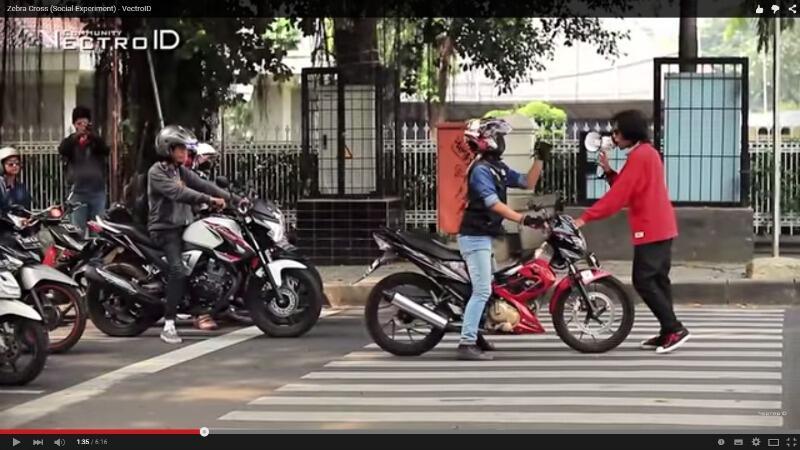 HOT !!! Aksi Nekat Orang Ini Menegur Pengendara Di Zebra Cross Gan ! (With Video)