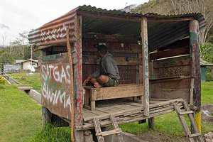 Miris ato barangkali unik gan?? inilah wartel di pedalaman Papua