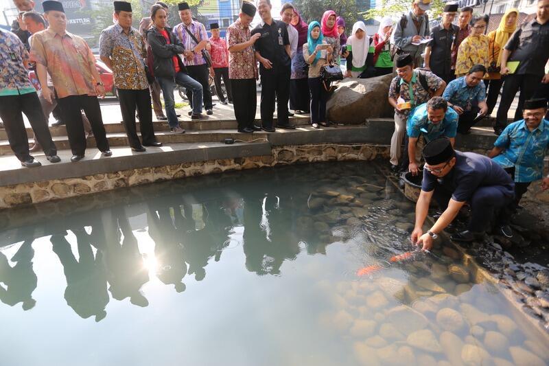 [Tipuan Dahsyat] Wah, Air Sungai Kantor Ridwan Kamil Kini Jernih