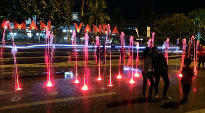 """[Jgn DiKlaim] Yuk, Nonton Air Mancur Warna-warni yang """"Menari"""" di Taman Vanda Bandung"""