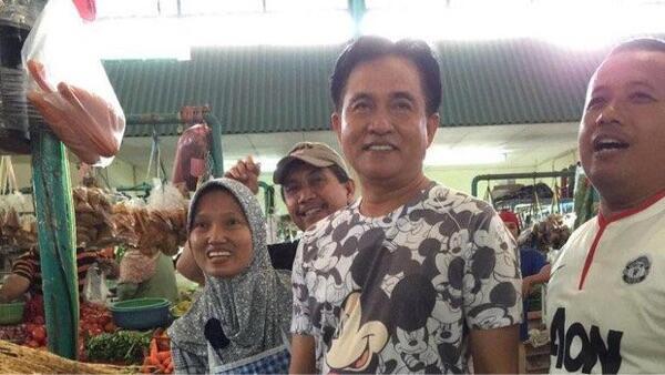 Yusril Belanja ke Pasar Pakai Kaos Mickey Mouse Ramai di Medsos