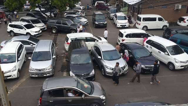 14 Kota di Indonesia yang Mengoleksi Area Parkir Liar & Semrawut