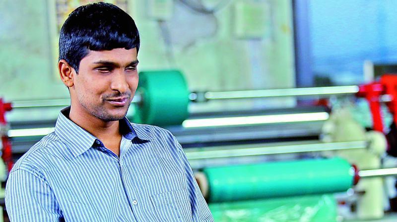 Terlahir Buta, Miskin & ditolak Bersekolah, kini Pria ini Mempunyai 4 pabrik