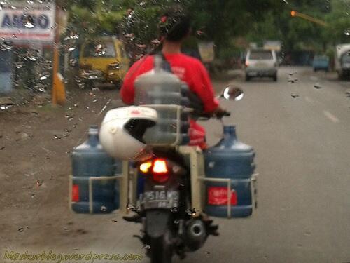 Inilah Fenomena Cara Memakai Helm Yang Berada Disekitar Kita...