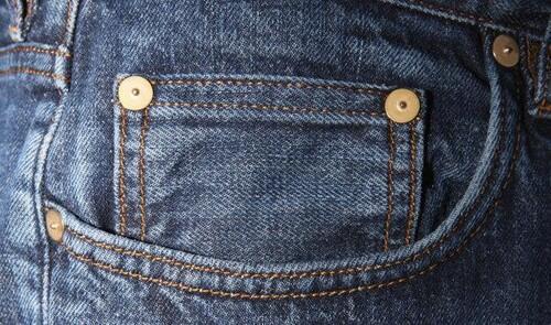 Bukan Dekorasi, Ini Fungsi Penting Kancing Kecil di Kantung Celana Jeans