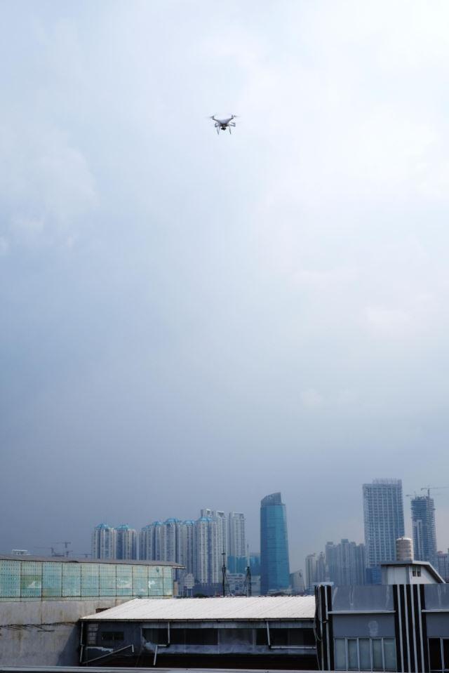 Mau tau rasanya nerbangin drone paling happening : DJI Phantom 4, Cek disini gan!