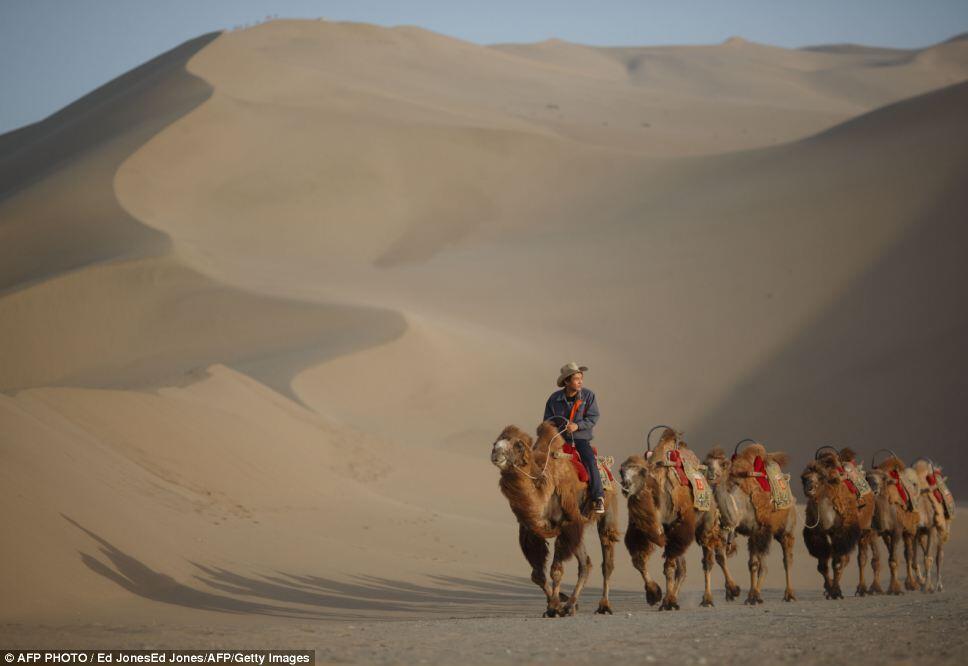 Crescent Lake, Pemandangan Alam Terindah di Dunia di Tengah-tengah Gurun Gobi Cina