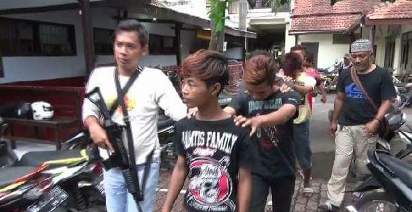 Polisi bebaskan remaja yang duduk dan injak Alquran