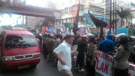 Dikawal Polisi, Ahok Lolos dari Kepungan Warga di Penjaringan