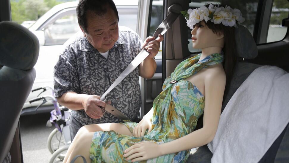 "[MIRIS] Potret Pria Jepang Dengan ""Manekin Simpanannya"""