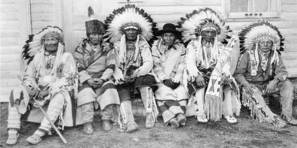 """10 Suku Yang Paling Ditakuti di Dunia, Karena """"Sihirnya"""""""
