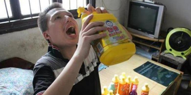 Setiap Hari, Pria Ini Minum Setengah Botol Deterjen Cair