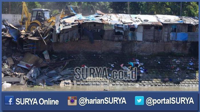 Satpol PP Surabaya Gusur 48 Rumah Liar di Stren Kali Jagir, Tak Ada Relokasi
