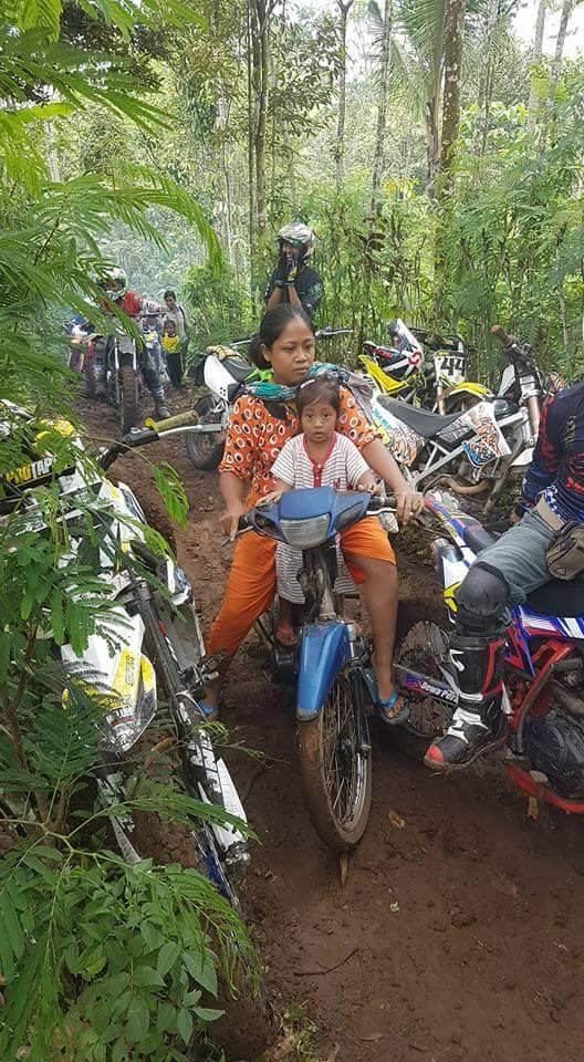 Foto Pengendara Motor yg digunakan Wanita ini Jadi Viral!! Karena...